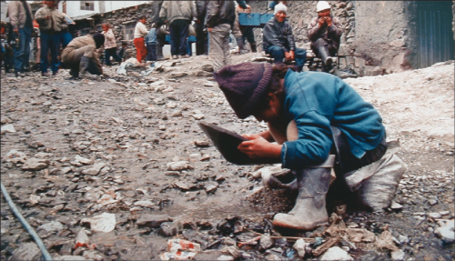 Child-panning-gold-in-the-sewer-of-La-Rinconada-Peru-Fact-finding-mission-GAMA-1999